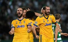 Juventus' Argentinian forward Gonzalo Higuain (L) celebrates after scoring the equalizer goal during the UEFA Champions League football match Sporting CP vs Juventus FC at the Jose Alvalade stadium in Lisbon on October 31, 2017. / AFP PHOTO / FRANCISCO LEONG