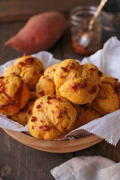 Gluten Free Sweet Potato Pull Apart Rolls with Maple Bacon Glaze recipe Sweet Potato Rolls, Tapas, Wheat Free Recipes, Bread Recipes, Photo Food, Maple Bacon, Food Out, Gluten Free Dinner, Pizza