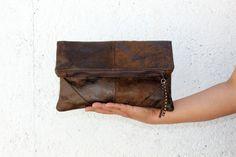 Bolso de mano tipo clutch, vegano, FALSA PIEL, tipo ante en color chocolate. Diseño minimalista. pendiente de hojas oro viejo