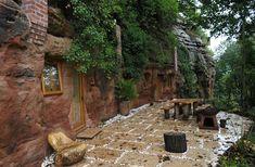 Uma vez os primeiros seres humanos viviam em cavernas, lugares que permitiram abrigar das intempéries e também de animais selvagens. Hoje vivemos em casas de tijolos, mas não no caso de Angelo Mastropietro que transformou uma caverna de 250 milhões de anos em sua casa moderna e confortável. As razões que levaram Angelo a esta …