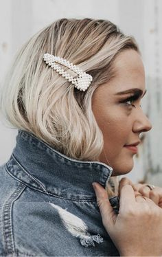 These oversized faux pearl hair clips are sure to bring a luxuriously, chic finish to any look. Includes options for one clip or set of two clips. Clip Hairstyles, Fancy Hairstyles, Hairstyle Short, Balayage Color, Blonde Balayage, Blonde Hair, Tortoise Hair, Crown Headband, Pearl Hair