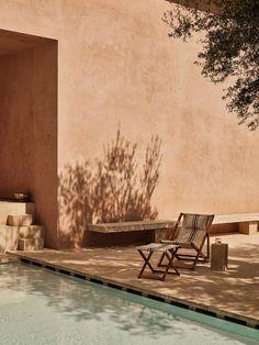 Piscine dans une villa contemporaine avec des murs roses Zara Home, Murs Roses, Lime Paint, Desert Oasis, Before Sunset, Interior Photo, Cool Rooms, Dream Garden, Light And Shadow