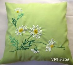 Vivi Artes: Almofadas bordadas Hand Embroidery Tutorial, Embroidery Flowers Pattern, Hand Embroidery Stitches, Hand Embroidery Designs, Diy Pillow Covers, Diy Pillows, Decorative Pillows, Cushion Embroidery, Embroidered Cushions