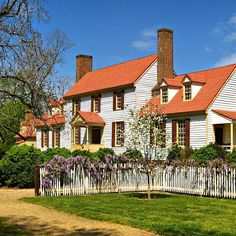 This is a bit of a #tbt and self-promotion. My guest blog for @colonialwmsburg on the Tucker house was published today. This pic is from the spring when the dogwoods and wisteria were blooming.  If you have a sec,  go to www.makinghistorynow.com and check out the post. Thanks!  #colonialwilliamsburg #virginia #thedogstreetpatriot #tuckerhouse #stgeorgetuckerhouse #spring #wisteria #dogwood #guestblog #throwbackthursday