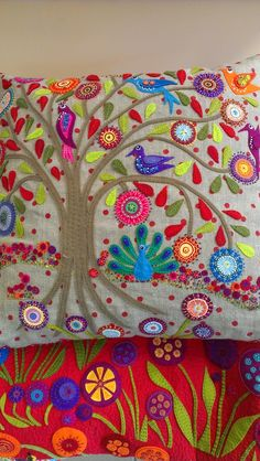 TREE OF LIFE WITH WOOL CIRCLES / EMBROIDERY - Wool felt workshop with Wendy Williams at KimzSewing (Australia). The benefits of using wool felt for applique is that it is easy to cut to your applique shape.  It does not fray or unravel so you don't need to finish all the edges.
