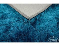 Przyjemny, włochaty dywan w kolorze turkusu- idealny do sypialni. Do kupienia na http://kochamydywany.pl/
