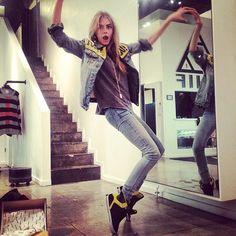 Cara Delevingne wearing Unif Yuck Fou Jacket and Supra Skytop Sneakers. Gisele Bundchen, Star Fashion, Fashion Models, Womens Fashion, High Fashion, Unif Clothing, Supra Skytop, Cara Delevingne Style, Burberry