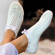 Strik selv: Kort sok med bindebånd - Hendes Verden Knitted Slippers, Slipper Socks, Crochet Slippers, Cute Crochet, Knit Crochet, Victorian Dolls, Boot Cuffs, Ankle Socks, Knitting Socks