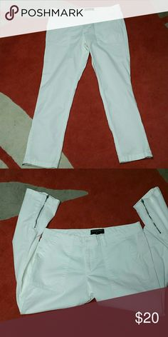 Banana Republic pants White pants in excellent condition. 2 big front an back pockets. Zippers in the end of the legs. 97% cotton and %  elastane  Open to reasonable offers Banana Republic Pants