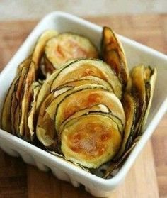 Low FODMAP Salt And Vinegar Baked Zucchini Chips Recipe - easy and delicious low fodmap snack to munch on anytime of the day! & are so fun to eat ☺️ Definitely a good alternative to oily and overly salty grocery store chips! Zucchini Chips Recipe, Bake Zucchini, Healthy Zucchini, Zuchinni Crisps, Vegan Chips, Vegan Snacks, Healthy Snacks, Healthy Recipes, Healthy Chips