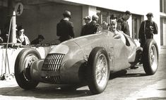 1938 and Giuseppe Farina posing with his Alfa Romeo Alfa Romeo 159, Alfa Romeo Cars, Vintage Cars, Antique Cars, Vintage Auto, F1 Drivers, F1 Racing, Formula One, Race Cars