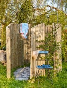 Créer une douche de jardin Step by step to create your own outdoor shower with wooden slabs and stakes. Create a garden showerwooden puzzle – created them fromDIY: Shelf in pallets Outdoor Baths, Outdoor Bathrooms, Outside Showers, Garden Shower, Diy Shower, Shower Step, Diy House Projects, Outdoor Living, Outdoor Decor