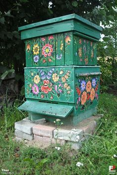 Obviously the whole reason to set up, maintain, and stock a beehive is to harvest honey. You will know that it is time to harvest the honey when you look Bee Hives Boxes, Thor, Raising Bees, Buzzy Bee, Polish Folk Art, Bee House, Backyard Beekeeping, Bee Art, Save The Bees