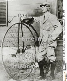 Mann steht neben einem Hochrad (undatierte Aufnahme). 01.01.1871