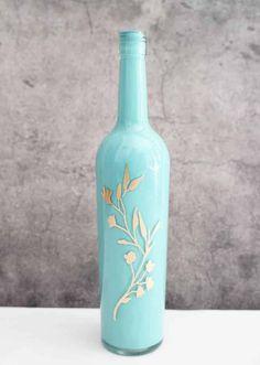 bricolage adulte idee d un cadeau avec une bouteille pint en couleur bleu ciel avec des ornements dores
