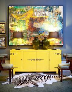 Ярко-желтый комод и яркая картина в смелом дизайне интерьера