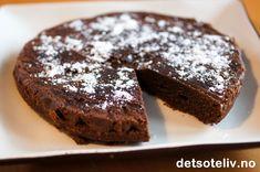 """""""Den lille sorte"""" er en kjempedeilig, myk og litt fuktig sjokoladekake som er SUPERENKEL og SUPERRASK å lage! Kaken har så nydelig konsistens at glasur blir unødvendig, men har du lyst til å piffe den opp litt eksta kan du stryke over litt mørk sjokoladeglasur (se tips). PERFEKT for en hyggekveld for to ...... No Bake Desserts, Banana Bread, Liv, Baking, Food, Bakken, Essen, Meals, Backen"""