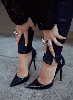 black jeans black pumps rings black on black