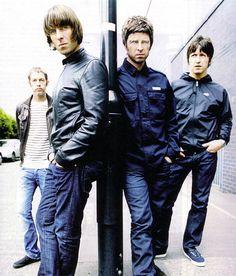 Os irmãos ao centro com a banda - Liam e Noel
