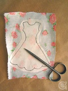 Amora's Crafts and Ideas: É Primavera! Sewing Barbie Clothes, Barbie Sewing Patterns, Sewing Dolls, Doll Clothes Patterns, Doll Patterns, Diy Clothes, Shirt Patterns, Clothing Patterns, Fabric Crafts