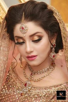If you are going to be a bride soon and already know what you'll be wearing on your functions, then the next step is getting the perfect wedding makeup. Here are some Indian bridal makeup images to help you pick what you want. Bridal Makeup Images, Bridal Eye Makeup, Bridal Makeup Looks, Bride Makeup, Bridal Looks, Bridal Hair, Pakistani Bridal Makeup, Indian Wedding Makeup, Indian Bridal Outfits