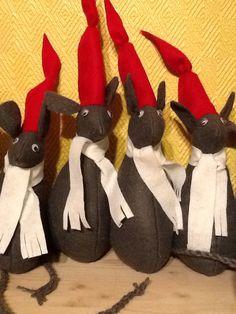 Filt mus. Klipp ut et mønster til en mus og ører i grå filt og hatt i rød filt, trekant. Skjerf i hvit filt, ca 2 cm bredt og 20 cm langt. Fylles med vatt. Sy sammen og lim på øyne. Halen er tvunnet av garn og syes på undersiden.