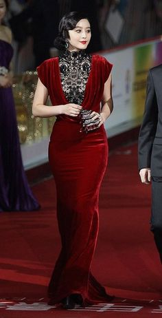 Fan Bingbing de Tadashi Shoji http://www.pactarconeldiablopor.com/2012/04/las-mejor-vestidas-de-la-semana-son-fan.html