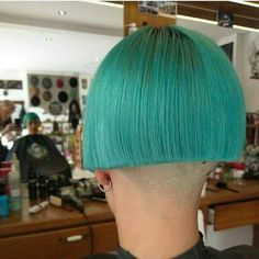 A bold style. Turquoise hair, bobbed to the ears with a shaved nape. Shaved Bob, Shaved Nape, Shaved Sides, Really Short Hair, Short Hair Cuts, Short Hair Styles, Creative Hairstyles, Cool Hairstyles, One Length Bobs