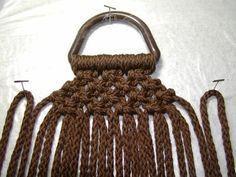 """Wie erstelle ich """"Little Missy"""" Macrame Purse - DIY Tasche Shnittmuster Macrame Purse, Macrame Jewelry, Macrame Bracelets, Crochet Wallet, Macrame Bracelet Tutorial, Wie Macht Man, Micro Macramé, Purse Tutorial, Yarn Thread"""