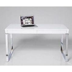 Deze witte bureautafel is gemaakt van MDF, wat staat voor samengeperst hout. Het blad is gevestigd op twee chromen constructies wat zorgt voor een modern uiterlijk. De twee diepe lades geven dit slanke bureau de nodige opbergruimte. Breedte: 140 cm, Diepte: 70 cm, Hoogte: 74 cm. Op www.shopwiki.nl #kantoor