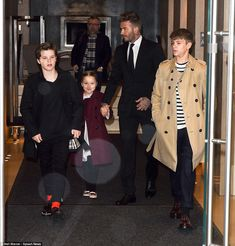 Beckham Family stepping out in style wearing Burberry Coats for mom Victoria's New York Fashion Week Show. Cruz, Harper, David & Romeo look adorable! David Beckham, Beckham Suit, Harper Beckham, Fashion Week, Boy Fashion, Fashion Show, The Beckham Family, Victoria Fashion, High Waisted Flares