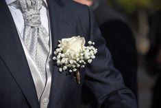 Boutonnière gypsophile et bouton de rose blanche - Au delà d'une fleur - Décoration florale Mariage - fleuriste lyon