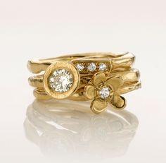 Emenel. Combinatie van drie gouden handgemaakte ringen. Het gewicht van de witte diamanten is 0,40crt.