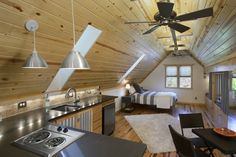 kleine Küche Doppelbett Laminatboden Wohnung