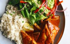 A tasty tofu with Piri Piri sauce to enjoy with a side of rice and a salad of Boston lettuce with bell pepper, onion, lemon and honey. A new and tasty way to cook tofu. Piri Piri Recipes, Ways To Cook Tofu, Bon Appetit, Lettuce, Food Dishes, Thai Red Curry, Tasty, Stuffed Peppers, Foods