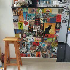 Painel reciclando #popcards# na #bancada# da #cozinha#