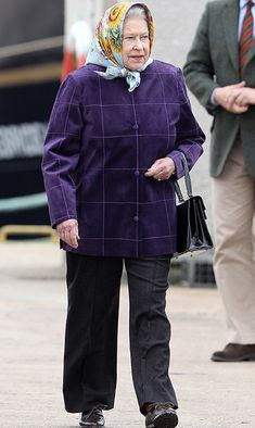 corona de reina The Queen in trousers - all the times the royal has worn trousers - Photo 8 Die Queen, Hm The Queen, Royal Queen, Her Majesty The Queen, Princess Elizabeth, Princess Margaret, Queen Elizabeth Ii, English Royal Family, Royal Life