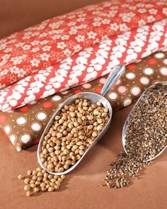 Homemade heating pad using dried cherry pits or buckwheat - Martha Stewart Winter Sewing projects Homemade Heating Pad, Diy Heating Pad, Heating Pads, Microwavable Heating Pad, Bean Bag Heating Pad, Homemade Heat Packs, Fabric Crafts, Sewing Crafts, Sewing Projects