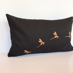 Housse coussin blanc en lin noir guirlande de libellules Tapestry, Boutique, Slipcovers, Black Linen, Dragon Flies, Garland, Hanging Tapestry, Tapestries, Wall Rugs