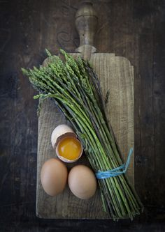 WILD ASPARAGUS, the best! Food Styling, Food Photography Styling, Wild Edibles, Survival Food, Light Recipes, Food Design, Food For Thought, Food Art, Food Inspiration