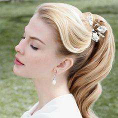 coiffure année 50, boucles d'oreilles en perles, cheveux blonds, lèvres rose foncé