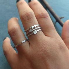 Compre Kit de Anéis Prata 950 Geométricos Novos no Elo7 por R$ 110,00   Encontre mais produtos de Anel de Prata e Jóias parcelando em até 12 vezes   LEIA A DESCRIÇÃO POR FAVOR: Quando não conseguimos usar um só, usamos vários de uma vez ;) Conjunto de Anéis feitos a mão em Prata de..., 9FD0C3