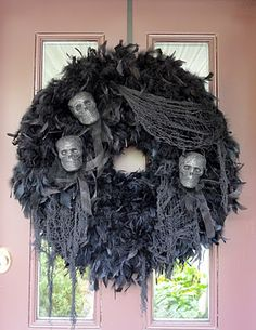 Spooky Halloween wreath with instructions - via Birshykat