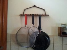DIY kitchen hanger out of an old rake Sourdough Bread, Iron Pan, Diy Kitchen, Cast Iron, Hanger, Organic, Yeast Bread, Hangers, Country Open Plan Kitchens