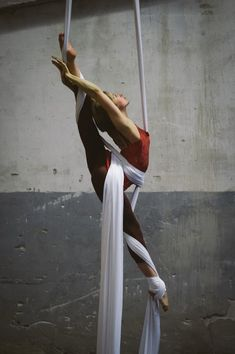 Unsure, but it looks like scarf>arabesque and modify from there. Absolutely lovely, must try :) #yoga #flexibility #fitness