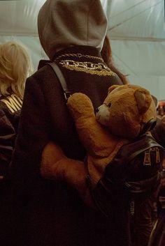 Teddy bear bag at Moschino MFW. Diy Teddy Bear, Teddy Bears, Backstage, Purse Handles, Fashion Articles, Jeremy Scott, Material Girls, Wearable Art, Elle Fanning