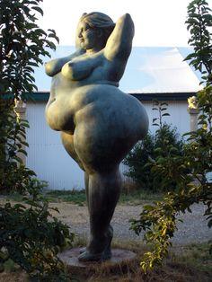 Miriam Lenk - Yolanda 2003/2006 Bronze 320 x 140 x 140 cm  Photo: Udo Ladewig