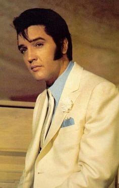 10 Photo's Of The King Elvis Presley King Elvis Presley, Elvis Presley Movies, Elvis And Priscilla, Elvis Presley Photos, Rock And Roll, Elvis Memorabilia, Graceland, Most Beautiful Man, Actor