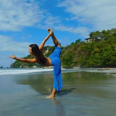 🌴A tree with strong roots laughs at storms. Though a little wet sand takes me down every time 🤣 #ItsWayHarderThanItLooks #Yoga #CostaRica #BeachLife