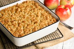 Splice together with cinnamon baked oatmeal - Overnight Baked Apple Oatmeal with Crunchy Brown Sugar Streusel What's For Breakfast, Breakfast Dishes, Breakfast Recipes, Birthday Breakfast, Breakfast Casserole, Baked Apple Oatmeal, Baked Apples, Apple Cinnamon, Oatmeal Recipes